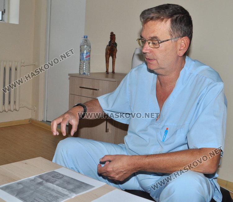 Завеждащият хирургично отделение д-р Живко Атанасов разглежда документацията за лечението на пастира