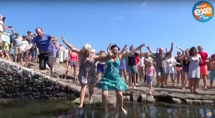 """Танц, вдъхновен от мюзикъла """"Мамма мия"""", стана хит онлайн (видео)"""