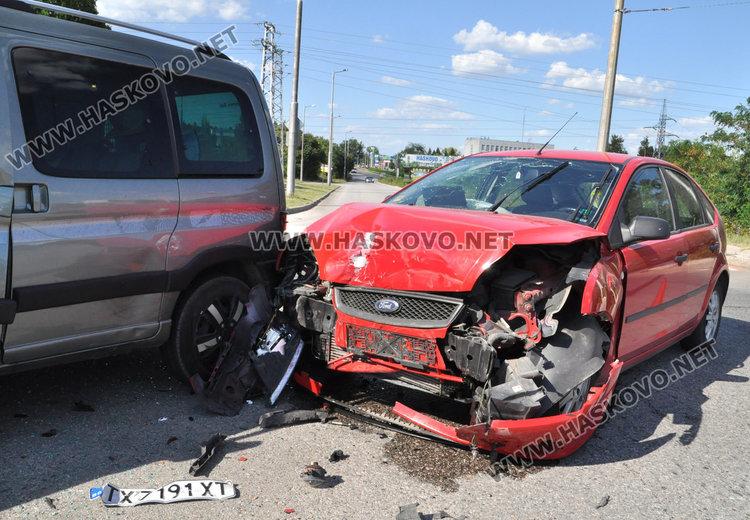 Форд от Добрич се заби в хасковско Пежо на пътния възел в Орфей