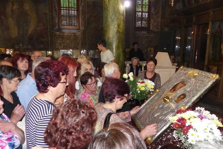 Наплив от вярващи, чудотворната икона на Богородица остава повече от предвиденото