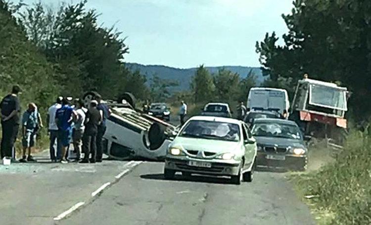МВР: Дачията се обърнала по таван заради несъобразена скорост и удар в трактор