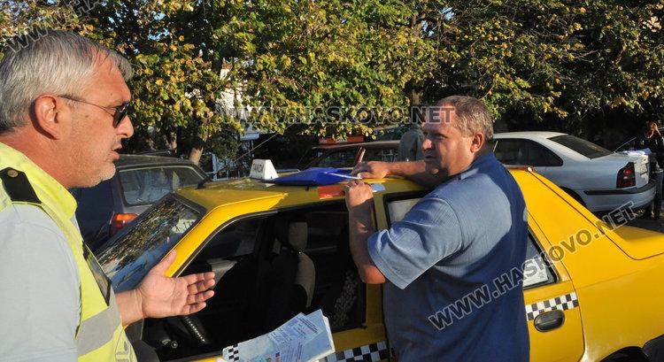 Погнаха такситата, дебнещи клиенти по спирките в Хасково, един глобен