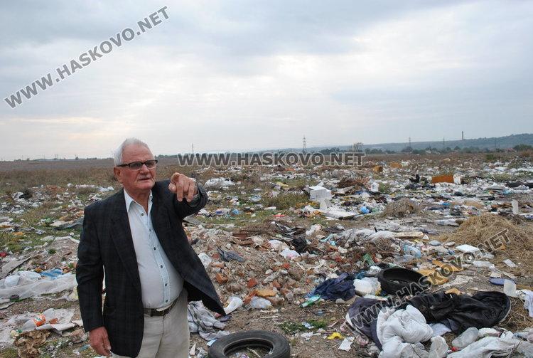 Тодор Гоговски на нивата си, превърната в незаконно сметище