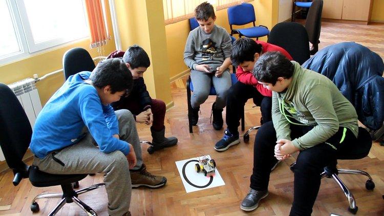 Codeweek: Алековци сътвориха роботи от стари играчки