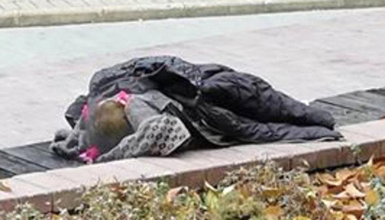 Хасковлийка: Майка оставя детето си да спи на улицата, докато играе комар