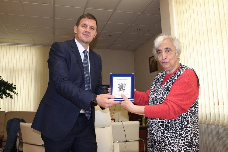 Хаджи Снежана Гарабед с почетния знак на областния управител