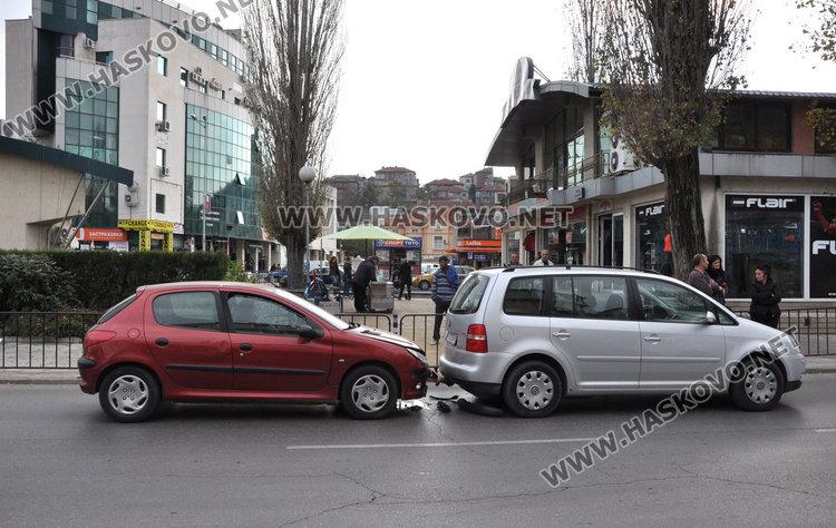 Млада шофьорка си разби Пежото в теглича на Фолксваген