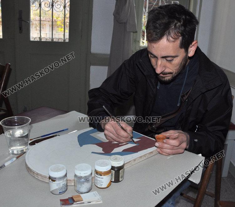 """Показаха рисуване върху коприна и икони в галерия """"Атанас Шаренков"""""""