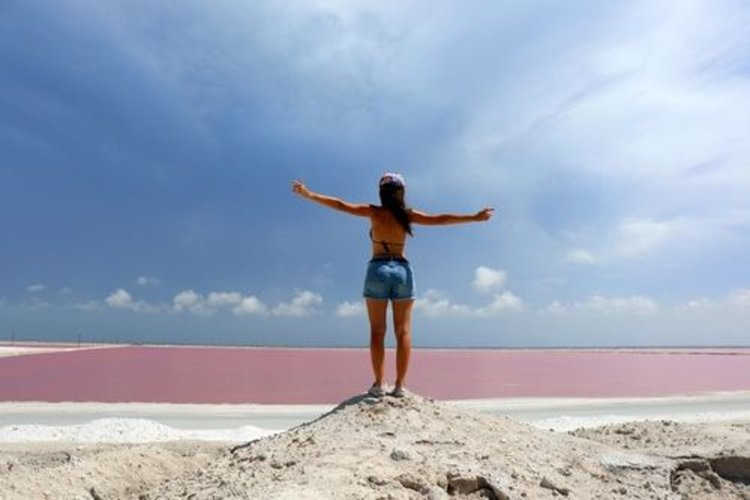 Розова лагуна с белоснежни брегове