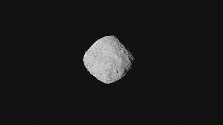 """""""Супер детайлна"""" снимка на Бену, направена от 8 изображения от OSIRIS-REx  29 октомври 2018 от разстояние, 330 километра.  Credits: NASA/Goddard/University of Arizona"""