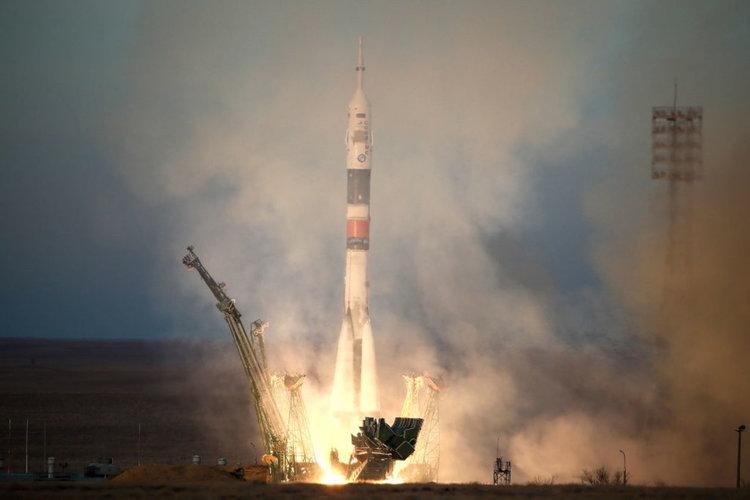 """Изстреляха """"Союз МС"""" с трима космонавти за първи път след аварията (видео)"""