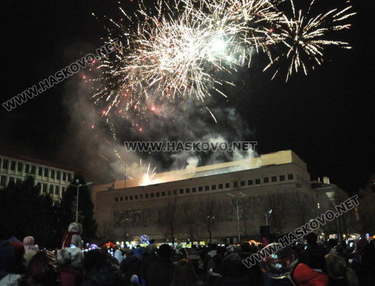 Дядо Коледа запали в Димитровград най-голямата жива елха в Европа