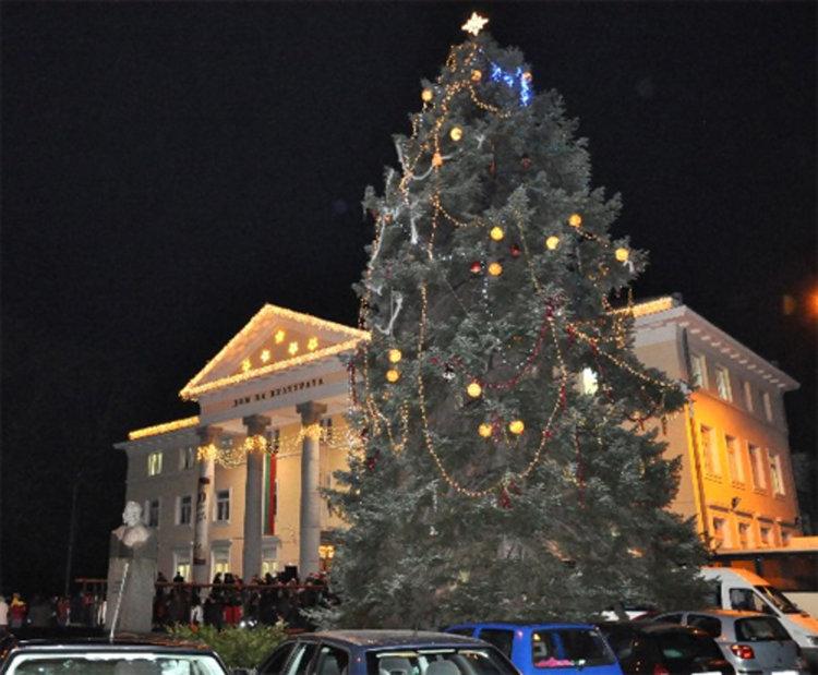 На 8 декември запалваме светлините на Коледната елха