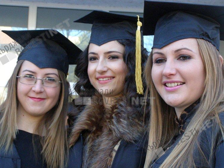 Висшите училища в Кърджали връчват дипломи за 8 декември, студентите купонясват по групи