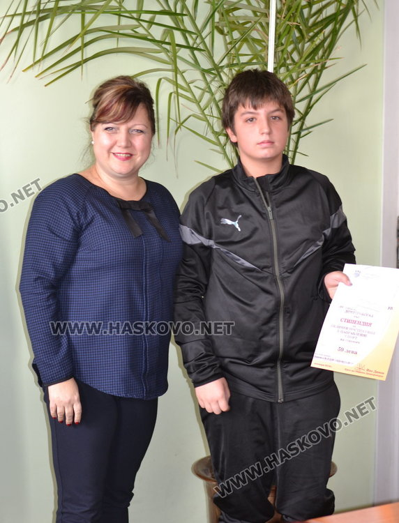 """Даровитите деца от ОУ """"Пенчо Славейков"""" получиха грамоти и парични награди"""