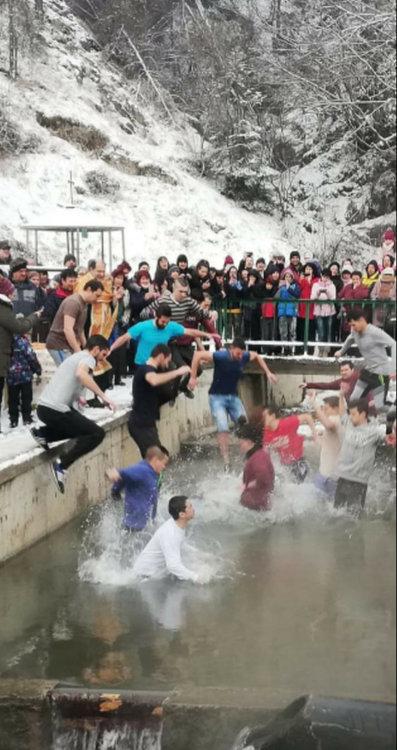 Студът не спря смолянчани, на няколко места в града младите мъже се бориха за разпятието