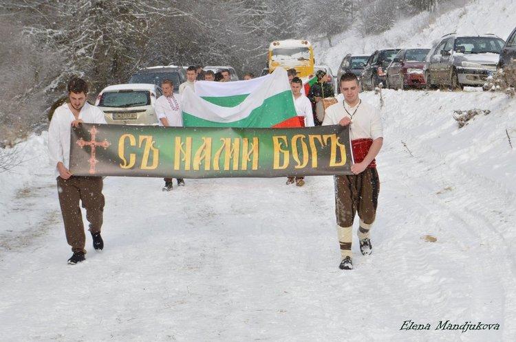 Празнично шествие на младите мъже от Момчиловци