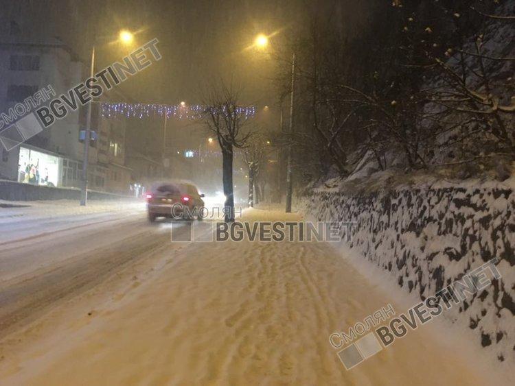 В града тази вечер се разчиства новия сняг, движението е затруднено, но за момента няма криза