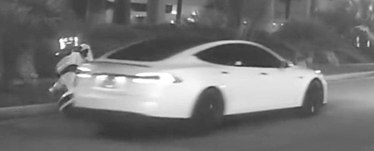 Самоуправляващ се автомобил уби автономен робот (видео)