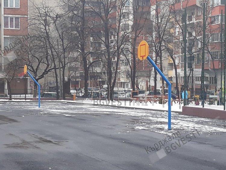 """Вандали помрачиха радостта на децата от """"Паисий"""",изгавриха се с кошовете за баскетбол"""