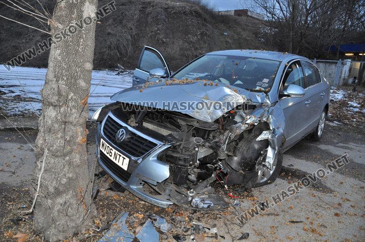 Хасковлия заби колата си в дърво на метри от бензиностанция