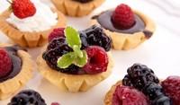 Бадемови тарталетки с горски плодове