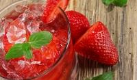 Леден десерт с ягоди и вино