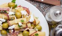 Макарони с лук, бекон и маслини
