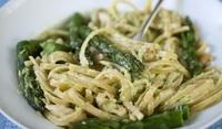 Спагети с аспержи и млечен сос