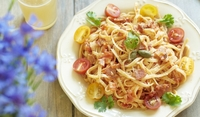 Спагети с шунка и чери домати