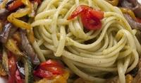 Пикантни спагети със зеленчуци и мед