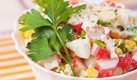 Неаполитанска салата с царевица и рулца от раци
