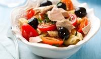 Макаронена салата с риба и чери домати