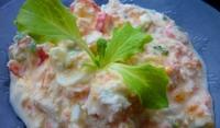 Свежа салата с яйца и рулца от раци