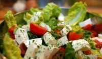 Лятна салата с мариновано сирене