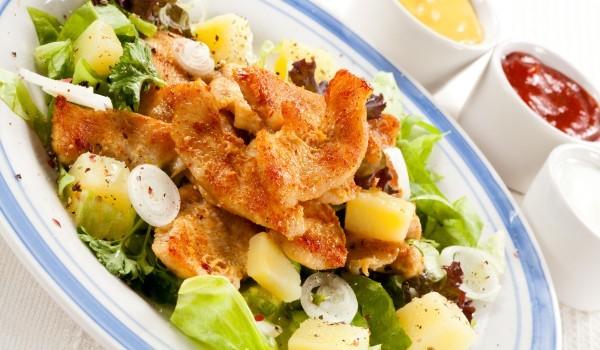 Зелена салата с пиле и картофи