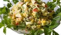 Зимна салата с рачешки рулца и яйца