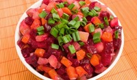 Салата от картофи, червено цвекло и моркови