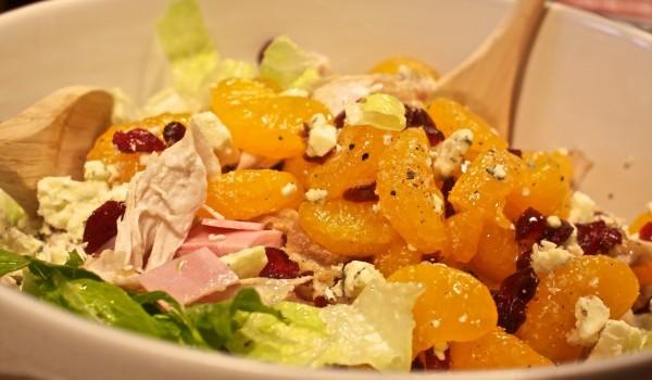 Пилешка салата с плодове