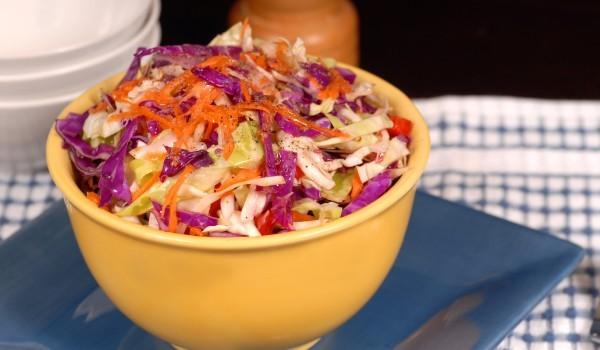 Витаминозна салата с червено зеле