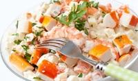 Богата салата с рачешки рулца и рибни деликатеси