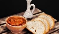 Лютика от сушени пиперки с лук