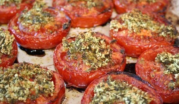 Пълнени домати с гъби и сухар