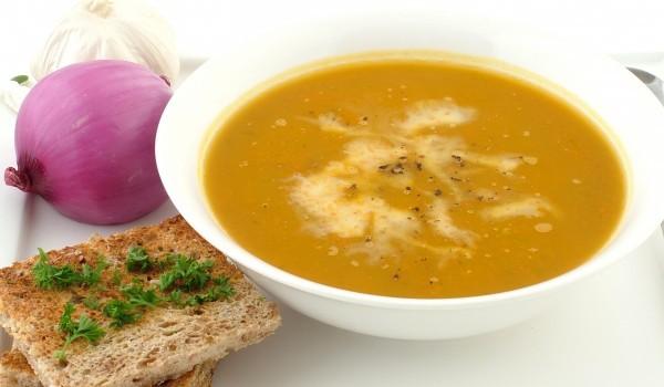 Пикантна супа от моркови и ябълки
