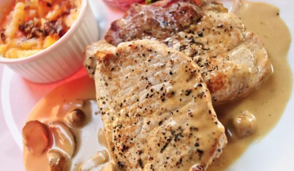 Свински пържоли с гъби и пушено сирене