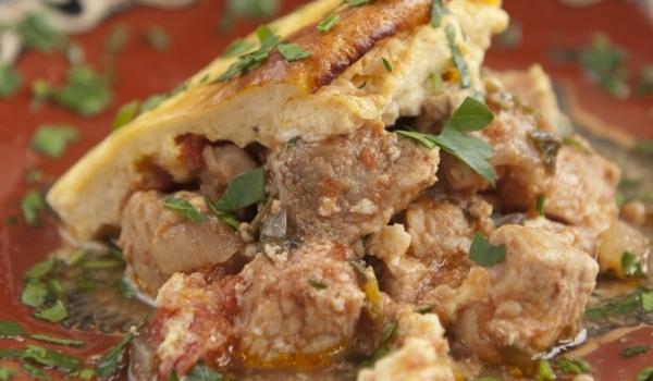 Гювеч с месо и яйца