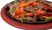 Свинско с пикантен сос и зеленчуци