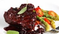 Стек с винен сос и боровинки