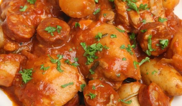 Яхния от кокошка с наденичка и доматен сос