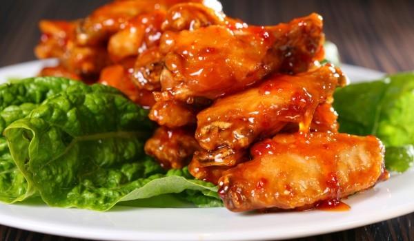 Глазирани пилешки крилца със сладко от кайсии